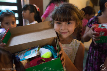 1719MX-C: shoebox distribution at Iglesia Apostolica de la Fe en Cristo Jesus in Mazatlan, Mexico