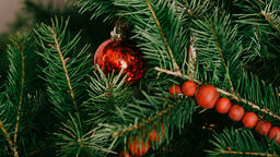Modern Christmas 2018 tree closeup 16x9 8d962138 bd69 4708 accc 1a9cf8a4f577 image