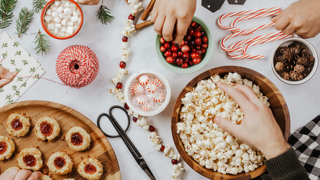 Making Popcorn Cranberry Garland large preview